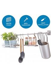 iDesign Küchenstange (63 8x14 5x23 8 cm) Küchenreling mit Utensilienhalter 2 Haken Halter für Küchenkräuter & Gewürzregal Hakenleiste für die Küche aus Metall mattsilberfarben